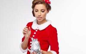 Картинка настроение, праздник, подарок, новый год, рождество, макияж, платье, прическа, наряд, белый фон, мех, шатенка, красотка, …