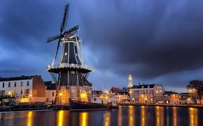 Картинка тучи, город, река, лодка, дома, вечер, освещение, фонари, мельница, Нидерланды, Харлем, Спарне