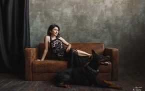 Картинка девушка, поза, диван, собака, доберман, Ульяна Мизинова, Юлия Кеворкянц