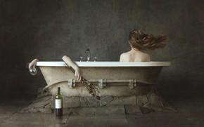 Картинка девушка, бутылка, руки, ванна, Marco Redaelli