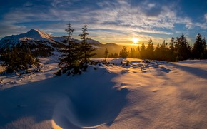 Картинка зима, лес, солнце, облака, лучи, свет, снег, закат, горы, природа, синева, рассвет, холмы, зимний, склоны, …