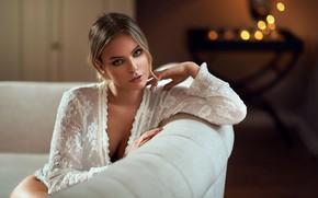 Картинка девушка, комната, диван, макияж, блузка, спинка, боке, русая, Maarten Quaadvliet