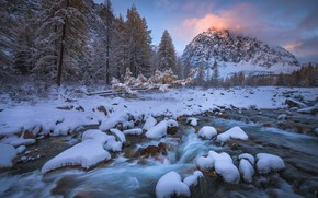 Обои зима, лес, небо, снег, пейзаж, горы, река, камни, голубой, берег, течение, вершины, ели