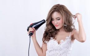 Картинка девушка, поза, руки, макияж, прическа, белый фон, шатенка, азиатка, стоит, в белом, держит, фен