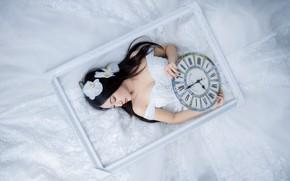 Картинка девушка, цветы, лицо, поза, стиль, стрелки, белое, рама, часы, картина, рамка, руки, брюнетка, прическа, красавица, …