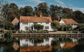 Картинка крыша, небо, вода, деревья, озеро, дом, отражение, улица, окна, двери, дверь