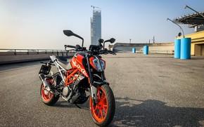 Картинка дорога, оранжевый, здание, мотоцикл, стоит, moto, KTM, колёса, KTM Duke 390, дуги безопасности, на подножке
