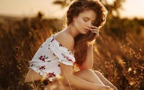 Картинка трава, солнце, поза, модель, шорты, портрет, макияж, прическа, шатенка, топик, красотка, сидит, на природе, боке, …