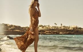 Картинка море, взгляд, девушка, поза, берег, модель, фигура, Doutzen Kroes, платье, ножки, красотка