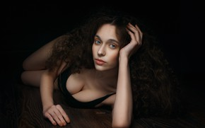 Картинка грудь, взгляд, девушка, лицо, поза, волосы, руки, кудри, на полу, Alexander Drobkov-Dark, Дарья Афанасьева