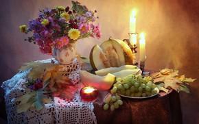 Картинка осень, листья, цветы, стол, огонь, свечи, виноград, тарелки, ваза, фрукты, натюрморт, скатерть, дыня, астры