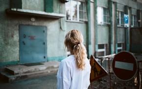 Картинка девушка, знак, кирпич, подъезд, Dima Minakin
