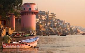 Картинка город, река, здания, дома, лодки, Индия, Варанаси
