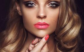 Картинка крупный план, лицо, ресницы, фон, модель, рука, портрет, макияж, помада, прическа, блондинка, губы, красивая, боке, …