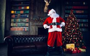 Картинка шарики, поза, темный фон, комната, диван, праздник, человек, книги, олень, Рождество, подарки, дед, Новый год, …