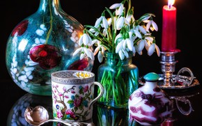 Картинка цветы, стиль, отражение, свеча, подснежники, ложка, кружка, натюрморт, букетик, бутыль