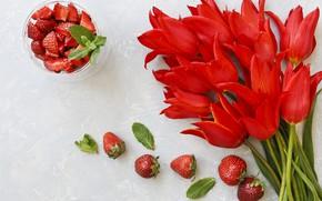 Картинка букет, клубника, тюльпаны, красные, red, wood, flowers, romantic, tulips, strawberry, berries