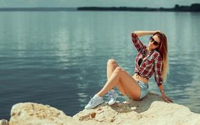 Картинка girl, shorts, long hair, legs, sea, brown hair, photo, photographer, rocks, model, brunette, sitting, shirt, …