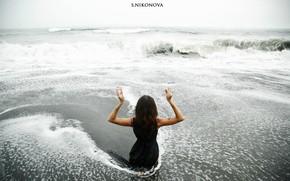 Картинка море, волны, пена, девушка, пейзаж, поза, модель, руки, фигура, платье, горизонт, тату, прическа, прибой, пальцы, …