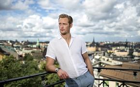 Картинка небо, взгляд, город, поза, мужчина, балкон, Alexander Skarsgard