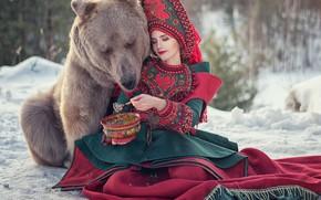 Картинка девушка, настроение, ситуация, медведь, мишка, наряд, угощение, каша, топтыгин, кокошник, Юлиана Бевз