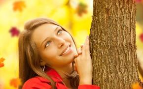 Картинка осень, листья, поза, улыбка, фон, дерево, портрет, макияж, прическа, шатенка, красивая, в красном