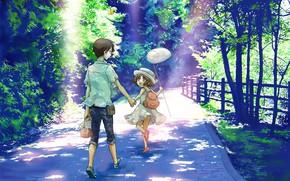 Картинка лето, радость, дети, забор, джинсы, сачок, шляпка, прогулка, рюкзак, каникулы, солнечный свет, каменная дорожка, зелень …