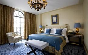 Обои дизайн, кровать, интерьер, картина, подушки, окно, люстра, спальня
