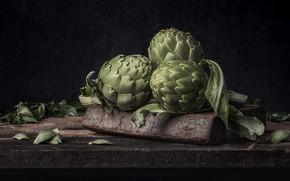 Картинка темный фон, доски, натюрморт, овощи, артишоки
