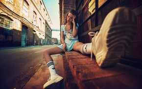 Картинка девушка, лицо, город, очки, сидит, кроссовки