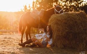 Картинка девушка, поза, конь, лошадь, сапоги, сено, кипа, Ульяна Мизинова, Анна Суворова
