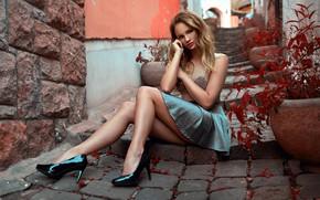 Картинка взгляд, листья, юбка, Девушка, блондинка, ступеньки, ножки, бедра, сидит, Peter Paszternak