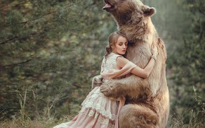 Картинка лес, девушка, платье, медведь, дружба, друзья, обнимашки, Ольга Веремьёва