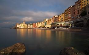 Картинка море, небо, облака, свет, город, отражение, камни, берег, побережье, здания, дома, Италия, церковь, Лигурия, Камольи