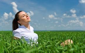 Картинка зелень, поле, лето, небо, трава, девушка, солнце, облака, улыбка, макияж, брюнетка, горизонт, прическа, блузка, белая, …