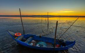 Картинка небо, закат, река, берег, сеть, лодка, спасательный круг