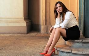 Картинка взгляд, девушка, туфельки, модель, волосы, юбка, блузка, ступеньки, Giulia, красивые ножки