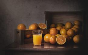 Картинка стакан, темный фон, стол, доски, апельсины, сок, ящики, натюрморт, предметы, много, композиция, апельсиновый