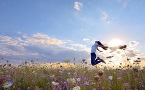 Картинка поле, лето, небо, девушка, солнце, облака, свет, радость, счастье, цветы, поза, эмоции, настроение, прыжок, джинсы, …