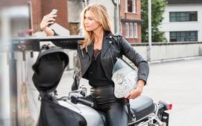 Картинка взгляд, девушка, улица, модель, куртка, мотоцикл, шлем, телефон, Karlie Kloss