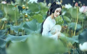 Картинка взгляд, листья, девушка, природа, лицо, поза, стиль, настроение, заросли, милая, белое, поляна, японка, руки, макияж, …