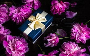 Картинка день рождения, коробка, подарок, лента, розовые, пионы