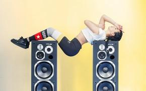Картинка девушка, колонки, изгиб, аудио, фитнес, динамика, спотривная