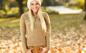 Картинка осень, взгляд, листья, девушка, солнце, деревья, радость, поза, парк, настроение, шапка, портрет, макияж, прическа, блондинка, …