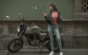 Картинка девушка, лицо, город, поза, фон, улица, волосы, мотоцикл