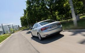 Картинка движение, улица, седан, Škoda, Skoda, четырёхдверный, Superb, 2020, серо-серебристый