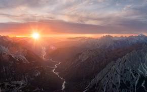Картинка небо, солнце, облака, лучи, горы, туман, река, скалы, рассвет, склоны, вершины, вид, утро, панорама, Доломиты