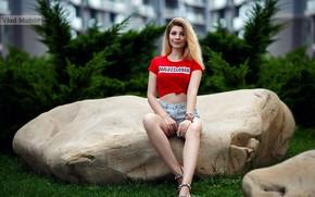 Картинка девушка, улыбка, шорты, футболка, блондинка, ножки, сидит, Vlad Mohov, Владислав Мохов, Инна Давыдова