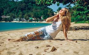 Картинка песок, море, пляж, девушка, поза, отдых, джинсы, закрытые глаза, рваные