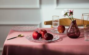 Картинка стекло, свет, цветы, стол, яблоки, букет, ложка, посуда, красные, ваза, композиция, подача, сервировка, гвоздики
